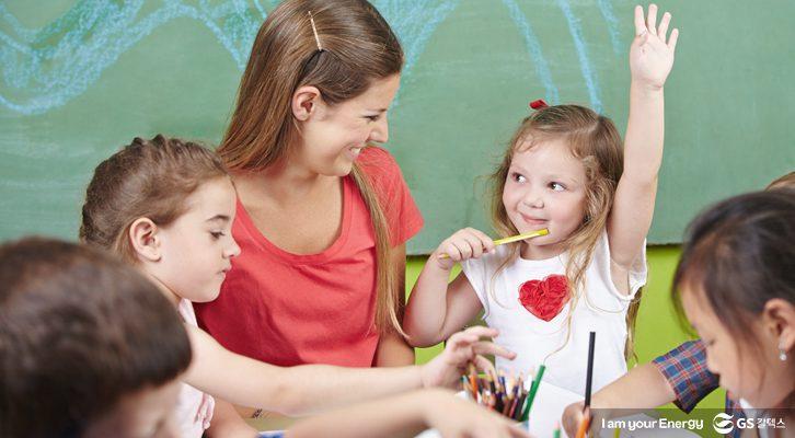 아이들과 선생님이 미술활동에 참여하고 있다