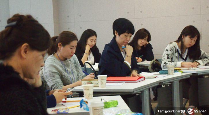 마음톡톡 치료사들이 강당에서 함께 공부하고 있다