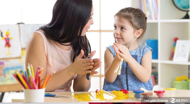선생님과 아동이 함께 미술활동을 하고있다.
