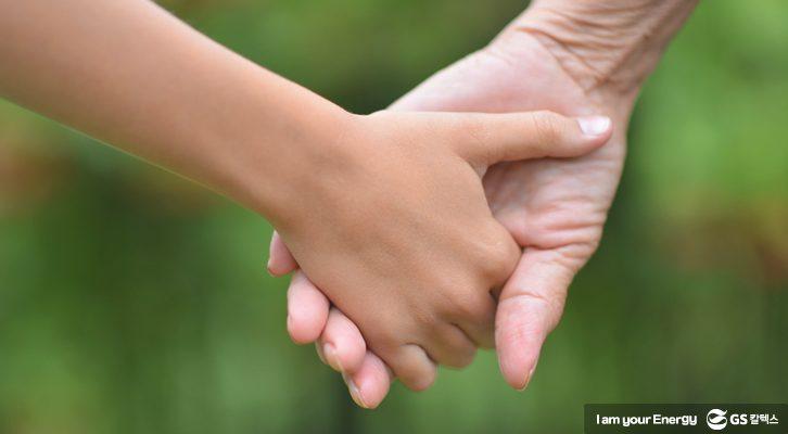 어른과 아이가 손을 잡고 있다.