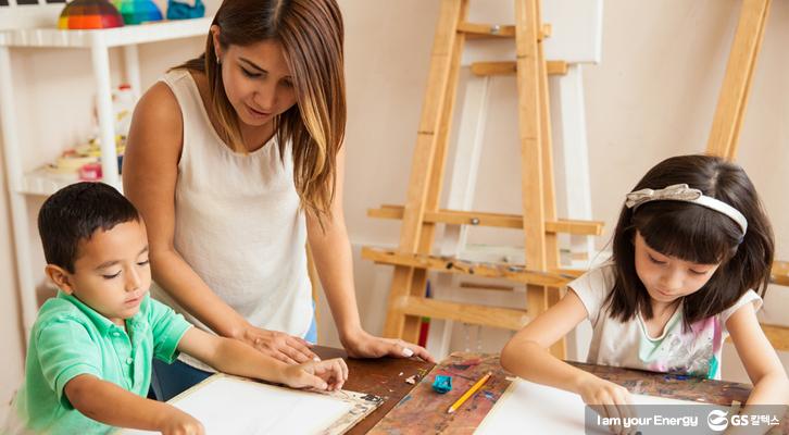 아이들이 선생님과 함께 그림을 그리고 있다.