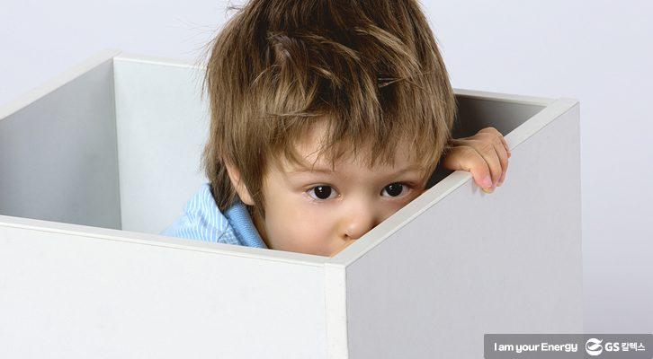 홀로 있는 아이의 모습